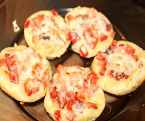 Слоеные мини-пиццы с помидорами и колбасой
